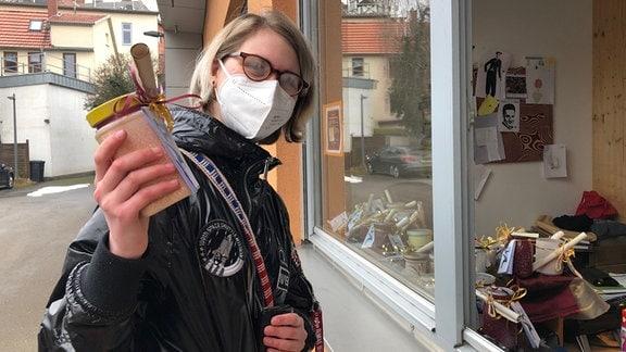 Frau kauft Mutmacher-Dose von der Theaterwerkstatt 3K in Mühlhausen