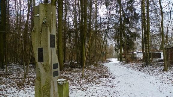 Ein Denkmal erinnert an einem Wanderweg im Mühlhäuser Stadtwald an das ehemalige KZ-Gefangenenlager.