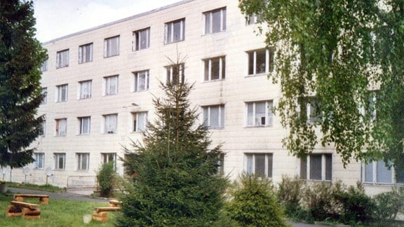 Fotografie eines Gebäudes auf dem Gelände des ehemaligen KZ-Außenlagers in Mühlhausen aus dem Jahr 1992.