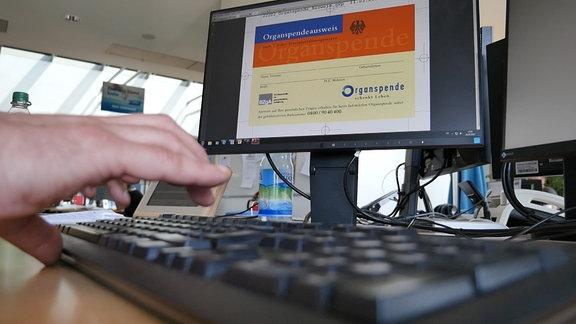 Bild eines Organspendeausweises auf einem Monitor