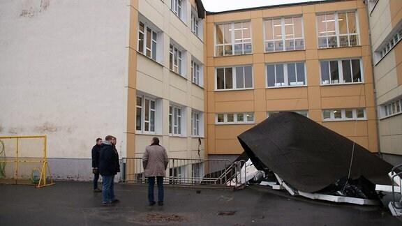 n Pößneck hatte der Orkan am Donnerstag das Dach einer Schule abgerissen, in der sich noch Kinder befanden. Nach Angaben des Landratsamtes des Saale-Orla-Kreis blieben aber alle Schüler unverletzt