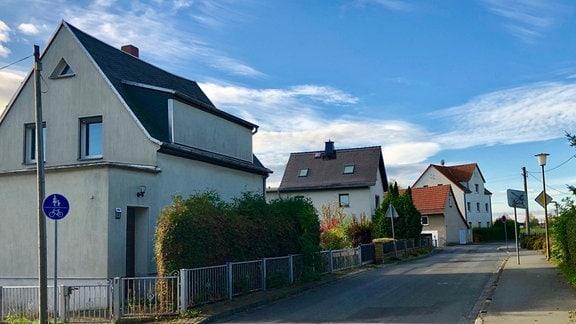 Eine Straße in Schelditz mit drei Wohnhäusern