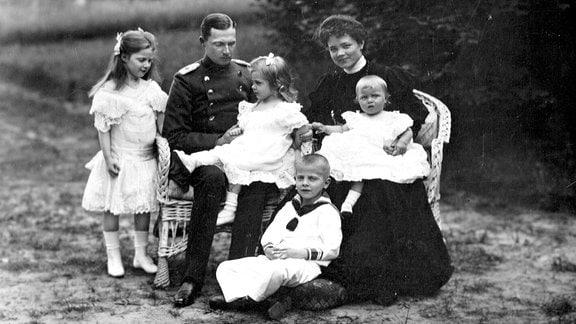 Ernst u. Familie 1906: Der zukünftige Herzog Ernst II. sitzt mit seiner Frau und den vier Kindern 1906 in einem Garten.