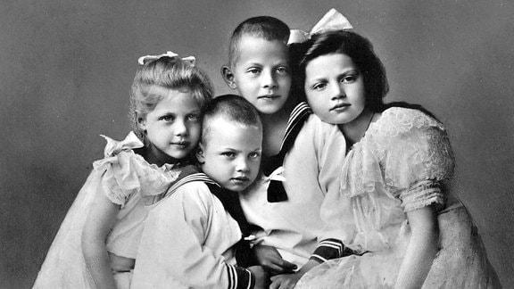Herzogliche Kinder: Vier Kinder schauen zusammen in die Kamera.