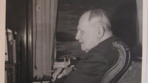 Ein Mann, Ernst von Sachsen-Altenburg, sitzt auf einem Sessel.