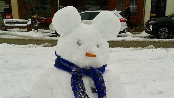 Eine Maus aus Schnee auf dem Markt in Schmölln.