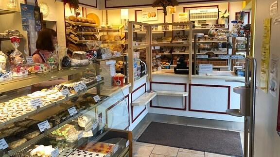 Bäckereigeschäft mit Kuchen und anderem Gebäck in den Auslagen