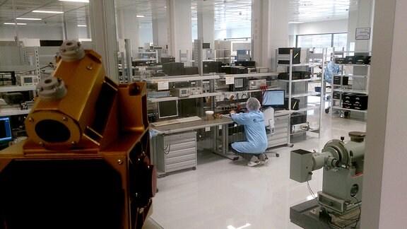 Reinraum bei der Airbus-Tochter Jena-Optronik in Jena