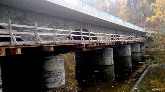 Steinbrücke mit angebautem Behelfssteg mit vier Pfeilern