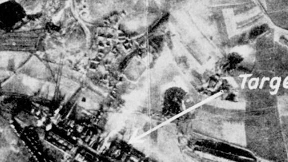 """Luftbild vom Teersee in Rositz (Neue Sorge) vom 23.12.1943. Seit 1935 wird der Teersee zur Ablage giftiger Industrieabfälle aus dem Teerverarbeitungswerk (unten im Bild) genutzt. Der Pfeil auf das Werk mit der Beschriftung """"Target"""" (englisch für """"Ziel"""") bezeichnet das Ziel für die Luftangriffe der Alliierten."""