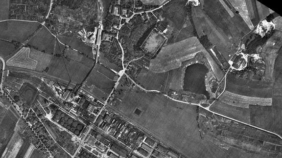 Luftbild vom Teersee in Rositz (Neue Sorge) vom 21.07.1944 kurz vor einer Bombardierung des Teerverarbeitungswerks im Zweiten Weltkrieg.