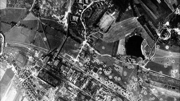 Luftbild vom Teersee in Rositz (Neue Sorge) vom 21.07.1944 kurz nach einer Bombardierung des Teerverarbeitungswerk im Zweiten Weltkrieg.