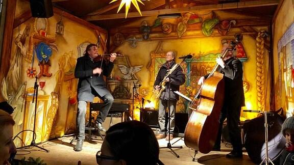 Eine Band spielt auf einer kleinen Bühne auf dem Märchenmarkt 2019 in Gera