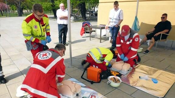 Rettungssanitäter üben Widerbelebung an Puppen