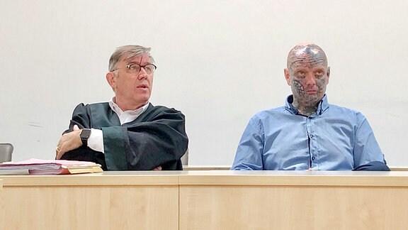 Rechtsextremist David Köckert sitzt im Landgericht Gera neben einem Anwalt.