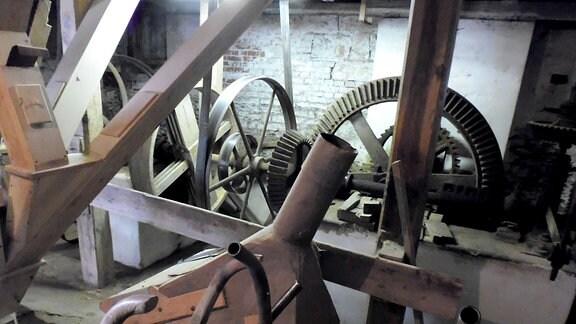 Im Innereren der Mühle ist alte Technik noch zu bestaunen
