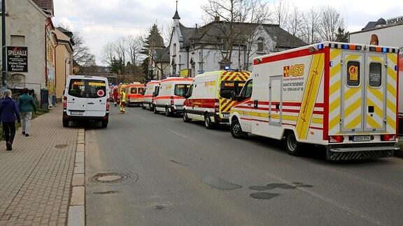 Zahlreiche Krankenwagen stehen in einer Straße in Weida, nachdem mehrere Menschen eines Seniorenheims in Weida über Atemnot klagten