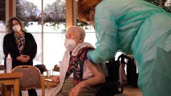 Pflegeheim-Bewohnerin in Zeulenroda erhält als erste Thüringerin eine Impfung gegen das Coronavirus.
