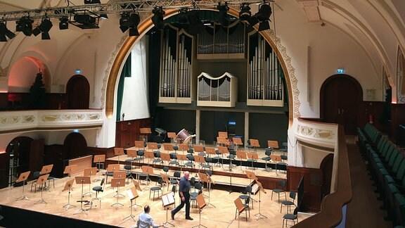 Die Bühne des Volkshauses in Jena. Im Hintergrund die Sauer-Orgel