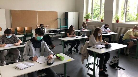 Unterricht - Schüler mit Masken.