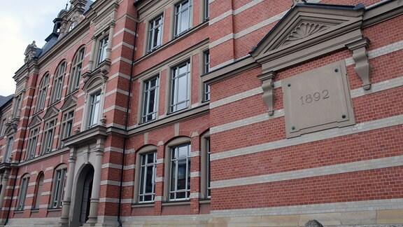 Ein Schulgebäude von außen.