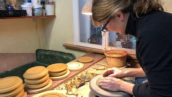 Töpfermeisterin Katrin Fröderking arbeitet an einer Drehscheibe