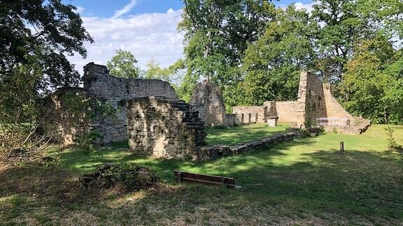 Die Ruine einer alten Kirche. Nur noch vereinzelte Mauern stehen.