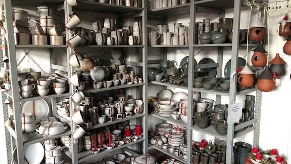 Regale mit Töpferwaren und Geschirr aus Ton