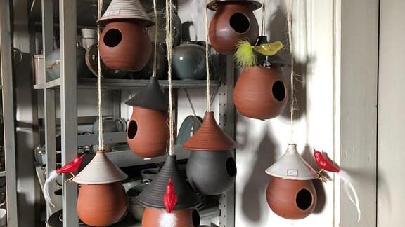 Hängende Vogelhäuschen aus Ton in Keramikwerkstatt
