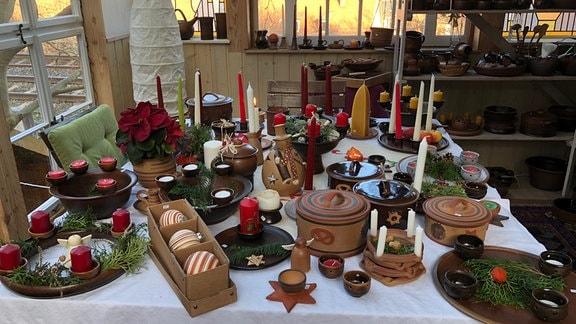 Weihnachtliche Tischdekoration mit Keramik in Gartenhäuschen