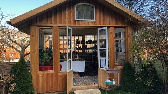Gartenhäuschen als Verkaufsraum für Keramik