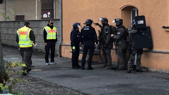 Sondereinsatzkräfte der Polizei bei einer Übung vor einem Haus in Eisenberg