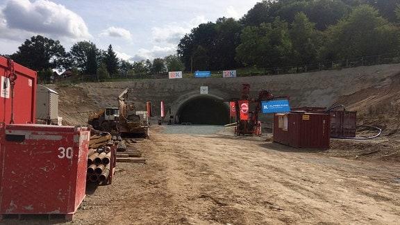 Eine Baustelle vor einem Tunneleingang.