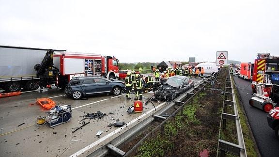 In Thüringen hat es erneut eine Massenkarambolage gegeben. Betroffen ist die A4 zwischen Hermsdorf-Ost und Rüdersdorf. Dort stießen in Richtung Dresden 17 Fahrzeuge zusammen. Mindestens acht Menschen wurden verletzt, eine Autofahrerin starb noch am Unfallort