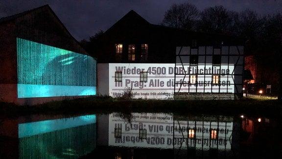 Im einst geteilten Dorf Mödlareuth ist der Verlauf der ehemaligen innerdeutschen Grenze mit einer Lichtinstallation nachgezeichnet worden