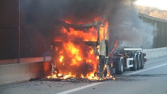 Ein Lkw auf der A9 steht in Flammen