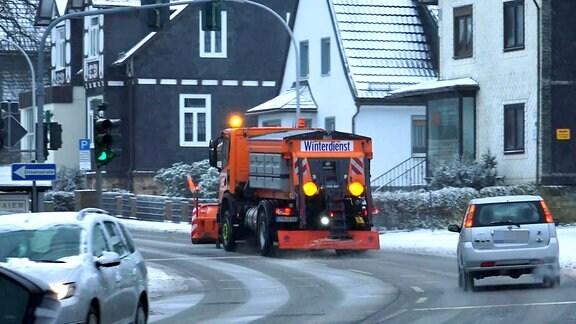 Ein Winterdienstfahrzeug fährt durch einen Ort