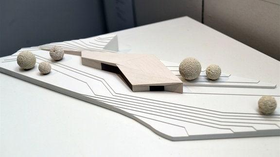 Ein Holzmodell von einem Gebäude
