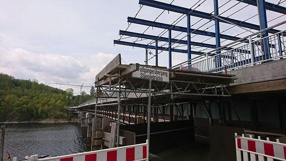 Brückenbaustelle mit Stahlträgern