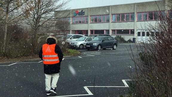 Streikende an einem Stand, Firma Elis iu Schneetreiben