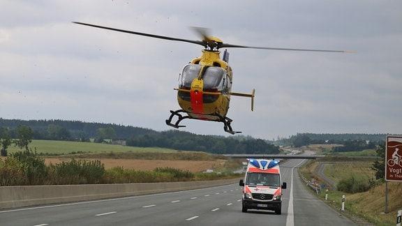 Ein Rettungshubschrauber hebt auf der Autobahn ab