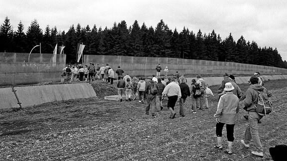 Am 28. April 1990 wandern Menschen in Brennersgrün Richtung Grenze.