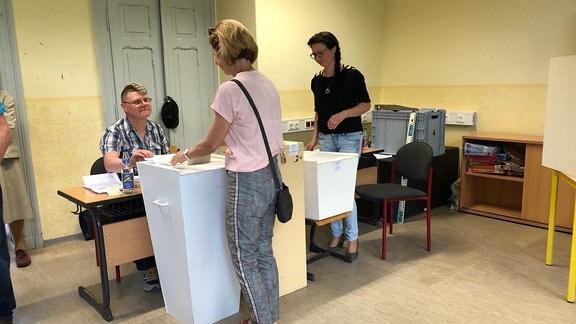 Wahlberechtigte an Wahlurnen bei Europa- und Kommunalwahlen in Saalfeld