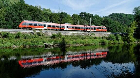Franken-Thüringen-Express auf der Fahrt von Nürnberg nach Jena auf der Saalbahn bei Zeutsch.