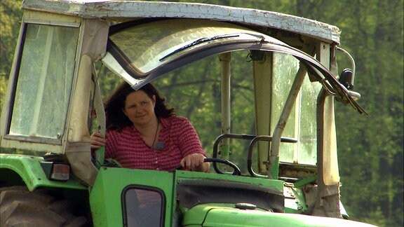 Eine Frau fährt Traktor