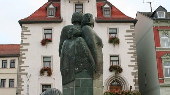 Das Rathaus mit Marktbrunnen in Schmölln