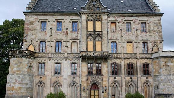 Mit Brettern an Fenstern und Türen will man Schloss Reinhardsbrunn vor dem Verfall und Vandalismus schützen