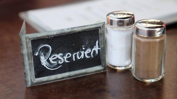 handgeschriebenes Reserviert Schild auf einem Tisch