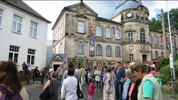 Menschenmenge vor dem Spielzeugmuseum
