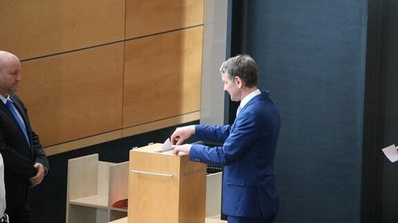 AfD-Abgeordneter Björn Höcke gibt Stimmzettel bei Ministerpräsidentenwahl ab